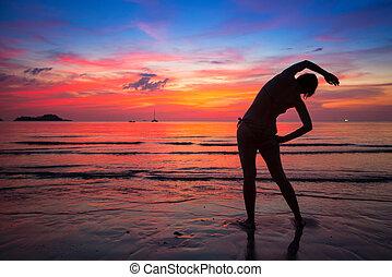 frau, machen, übung, strand, bei, der, wasserlandschaft, an, sonnenuntergang, in, thailand