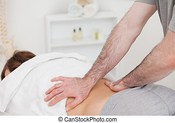frau, masseur, zurück, massieren