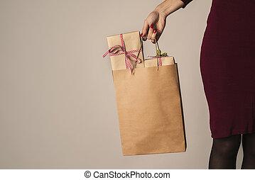 frau, mit, a, einkaufstüte, voll, von, geschenke