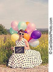 frau, mit, a, weißes, weinlese, kleiden, und, luftballone, brett, mit, text, retro, party