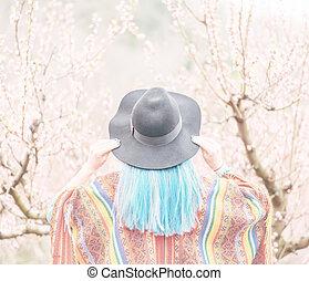 frau, mit, blaues haar, gehen, in, blühen, fruehjahr, garden.