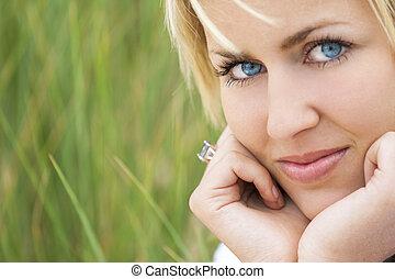 frau, mit, blondes haar, blaue augen, grüner hintergrund