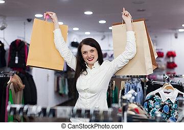 frau, mit, einkaufstüten, an, kleidungsgeschäft