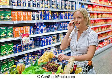 frau, mit, einkaufswagen, in, supermarkt