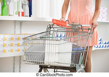 frau, mit, einkaufswagen, kaufen, schönheit produkt, in, kaufmannsladen