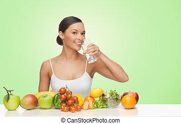 frau, mit, früchte gemüse, trinkwasser