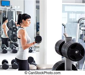 frau, mit, gewichtstraining, ausrüstung, auf, sport, turnhalle
