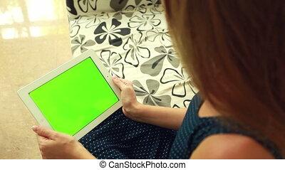 frau, mit, grün, chromakey, tablette