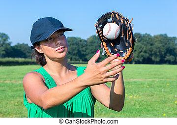 frau, mit, handschuh, und, kappe, fangen, baseball