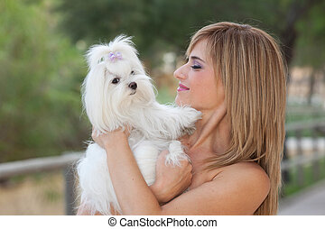 frau, mit, haustier, klein, maltesisch, hund