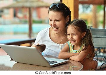 frau, mit, m�dchen, laptop benutzend