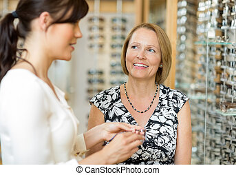 frau, mit, salesgirl, auswählen, brille, in, kaufmannsladen