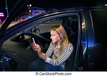 frau, mit, smartphone, in, sie, auto, an, night.