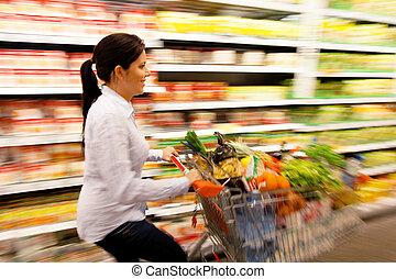 frau, mit, warenkorb, in, der, supermarkt