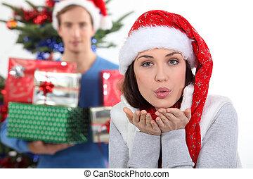 frau, mit, weihnachtshut, durchbrennenkuß