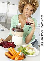 frau, mittler, saft, erwachsener, machen, gemüse, frisch