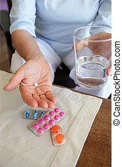 frau, nehmen, sie, medikation, mit, a, glas wasser