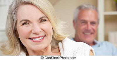 frau, &, paar, daheim, älterer mann, lächeln glücklich