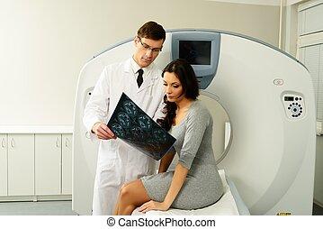 frau, patient, berechnet, doktor, junger, ergebnisse, schauen, tomographie