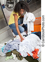 frau, pflückend, schmutzige kleidung, an, wäscherei