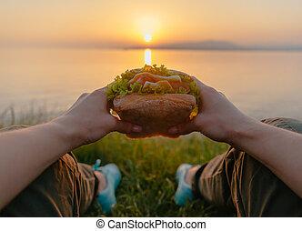 frau, punkt, hamburger, schmackhaft, meer, ansicht.
