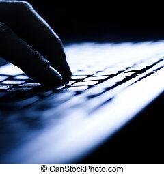 frau reicht, tippen, auf, computertastatur