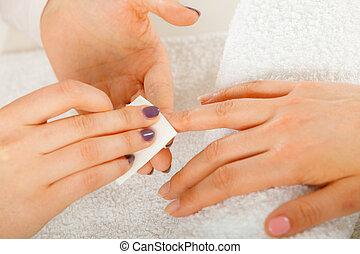 frau, remover, nagel, nagelkosmetik, polnisch, gebrauchend, ...