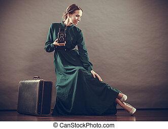 frau, retro stil, mit, altes , koffer, fotoapperat