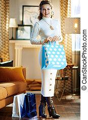 frau, säcke, nach, shoppen, stilvoll, zurückgegeben, ...
