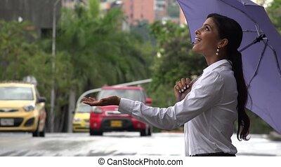 frau schirm, in, regnerisches wetter