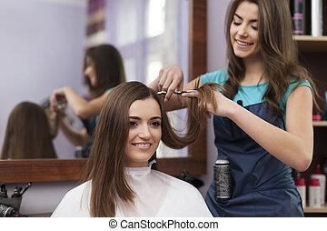frau, schneidenden haar, hat, friseur, schöne