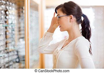 frau, schwierig, neue gläser, an, optiker, kaufmannsladen