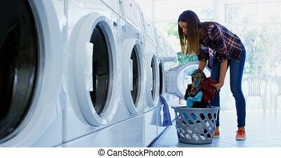 frau, setzen, kleidung, in, waschmaschine, 4k