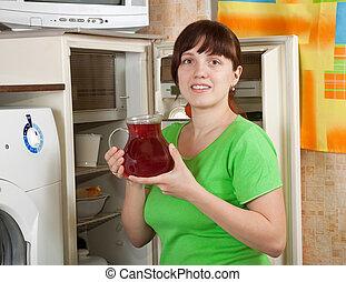 Kühlschrank Krug : Frau setzen krug kühlschrank. frau krug junger setzen daheim