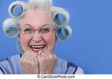 frau, sie, haar, lachender, lockenwickler, älter