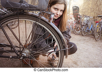 frau, sie, junger, auf, reifen, fahrrad, pumpen