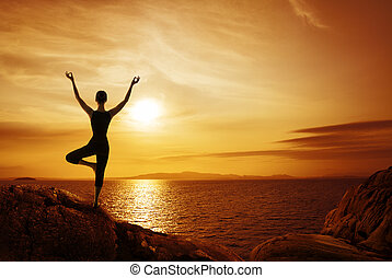 frau, silhouette, weibliche , begriff, meditieren, zurück, natur, sonnenuntergang, meer, joga, meditation, ansicht