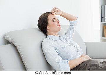 frau sitzen, angezogene , brunnen, sofa, ernst