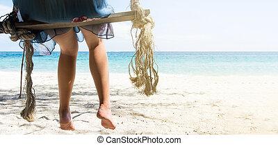 frau sitzen, auf, a, hölzern, schwingen, strand
