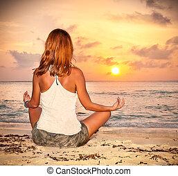 frau sitzen, auf, tropischer strand, an, sonnenuntergang