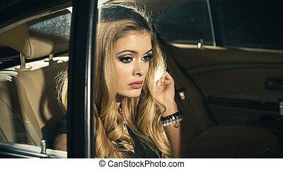 frau sitzen, auto, junger, luxus, blond, nacht, rücksitz