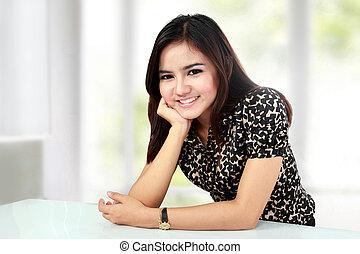frau sitzen, hand, kinn, asiatisch, lächeln
