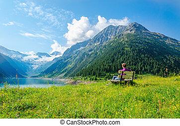 frau, sitzt, auf, bank, von, azur, bergsee, österreich