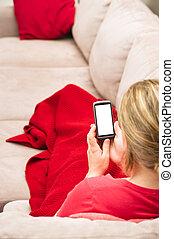 frau, sitzt, auf, couch, aufpassen, smartp