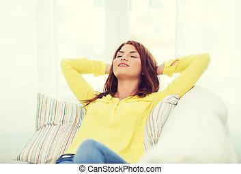 frau, sofa, junger, daheim, lächeln, liegen