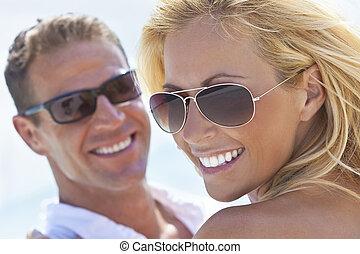 frau, sonnenbrille, paar, attraktive, mann, sandstrand, glücklich