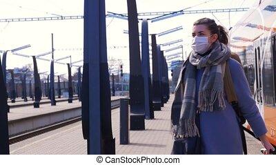 frau, station, eisenbahn, maske, schützend, gesicht