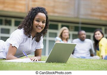 frau, studenten, laptop, junger, andere, rel, gebrauchend, rasen, campus
