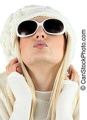 frau sunglasses, und, a, hut