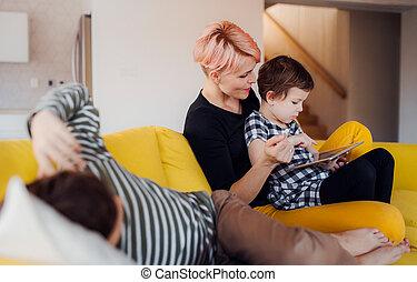 frau, tablet., junger, zwei, innen, gebrauchend, kinder, daheim